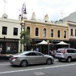 """Die Altstadt """"The Rocks"""" mit den ehemaligen Lagerhäusern, zwischen Opernhaus und Harbour Bridge gelegen, bildet einen Gegensatz zu den Hochhäusern Sydneys."""