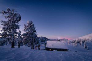 Bei einbrechender Dunkelheit mit Langlaufskiern unterwegs sein – der Naturpark Dobratsch ist perfekt dazu geeignet. - Foto: Tourismus Villach / Michael Stabentheiner