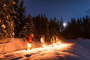 """Den Naturpark Dobratsch """"unplugged"""" erleben heißt: Bei einer nächtlichen Wanderung, """"bewaffnet"""" mit kleinen Laternen, durch die winterlichen Wälder streifen. - Foto: Michael Stabentheiner"""