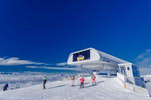 An der Bergstation der Gerlitzen auf über 1900 Meter angekommen, beginnt der Skitag, oft bei strahlend blauem Himmel. - Foto: LIK-Fotoakademie / Gerald Fischer