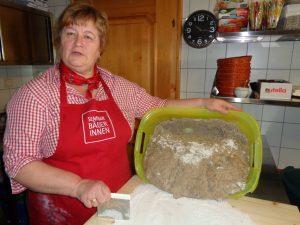 Seminarbäuerin Sigrid Rainer zeigt, vor allem bei Schuleinsätzen, wie ein schmackhaftes Roggenbrot entsteht. - Foto: Dieter Warnick