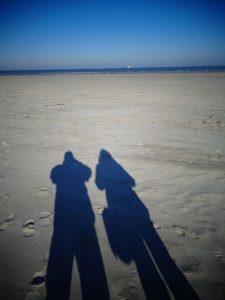 Steife Brise, lange Schatten: Die niedersächsische Nordseeküste hat in den Wintermonaten jede Menge zu bieten. – Foto. Dieter Warnick