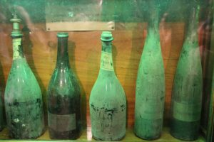 In der Schatzkammer des Bürgerspitals steht eine Vitrine mit uralten Weinen aus den Jahren 1540 bis 1822. – Foto: Michael Stephan
