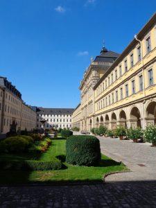 Das Hauptgebäude des Juliusspitals mit dem Fürstenbau befindet sich in einem historischen Park an der Juliuspromenade. – Foto: Dieter Warnick
