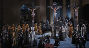 """Die Kreuzigung. Jesus hängt dabei 25 Minuten am Kreuz. """"Eine starke physische Leistung"""", wie Frederik Mayet betont. – Foto: Passionsspiele Oberammergau 2020"""