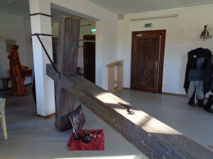 An diesem Kreuz, das in einem Raum hinter der Bühne aufbewahrt wird, wird Jesus Christus qualvoll sterben. – Foto: Dieter Warnick