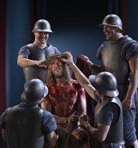 """Dornenkrönung: Darin heißt es: """"Da nahm Pilatus Jesus und ließ ihn geißeln. Und die Soldaten flochten eine Krone aus Dornen und setzten sie auf sein Haupt und legten ihm ein Purpurgewand an und traten zu ihm und sprachen: Sei gegrüßt, König der Juden, und schlugen ihm ins Gesicht. – Foto: Passionsspiele Oberammergau 2020"""