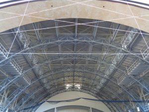 Im Jahr 1900 wurde die Zuschauerhalle mit 4200 Sitzplätzen gebaut, eine Eisengerüstkonstruktion mit sechs hohen Bögen, die nach vorne zur Freilichtbühne geöffnet ist. Ähnlichkeiten mit dem Eiffelturm in Paris sind nicht von der Hand zu weisen. – Foto: Dieter Warnick