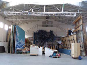 In den Werkstätten lagern zahlreiche Bühnenbilder, Kulissen und Gegenstände vergangener Passionsspiele. – Foto: Dieter Warnick