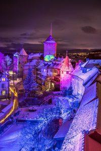 Während des Festivals verwandeln die Lichtkünstler von Spectaculaires aus der Bretagne zentrale Gebäude und Straßen in eine geheimnisvolle Welt. - Foto: Carim Jost