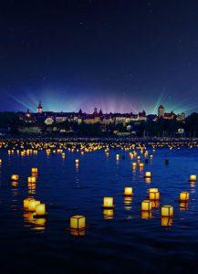 Allabendlich verwandelt sich der Murtensee in ein Lichtermeer voller schwimmender Laternen, die die Besucher mit ihren Wünschen versehen haben. - Foto: Carim Jost | Region Fribourg