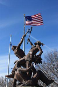 La Crosse, Wisconsin: Skulptur mit Amerikaflagge am Ortseingang