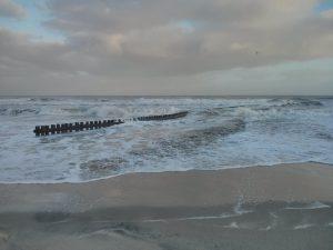 Die Nordsee ist aufgewühlt, die Brandung ignoriert selbst die in den Sand gerammten Holzpflöcke. - Foto: Kurverwaltung Wangerooge