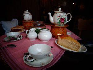 Die Teezeremonie gilt als wichtiger Bestandteil ostfriesischer Geselligkeit und der ostfriesischen Küche. - Foto: Dieter Warnick
