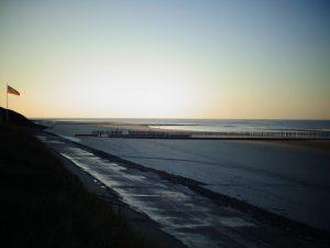 Einsam und verlassen liegt er da, der weitläufige Strand von Wangerooge. Die Sonne ist schon hinter dem Horizont verschwunden. - Foto: Dieter Warnick