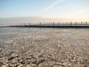 Eisschollen im Hafen. - Foto: Kurverwaltung Wangerooge