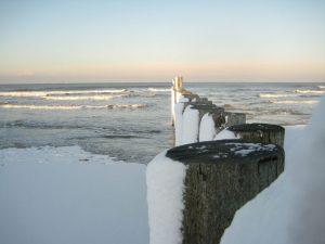 Schnee am Inselstrand. - Foto: Kurverwaltung Wangerooge