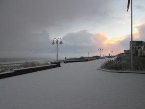 Keine Spuren im Schnee – Blick auf die Strandpromenade. - Foto: Kurverwaltung Wangerooge