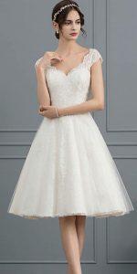 Auch unterwegs möchten die meisten Bräute nicht auf ein elegantes Hochzeitskleid verzichten. Foto: jjshouse.de