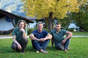 Im Dienste des Naturparks unterwegs: Die drei Ranger Deniz Göcen, Thomas Weber und Dominik Landerer (von links). - Foto: Ammergauer Alpen GmbH / Nina Helmschrott