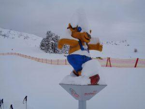 Maskottchen Pitzi verfolgt die jungen Skifahrer auf Schritt und Tritt. – Foto: Dieter Warnick