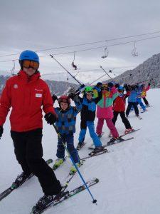 Skilehrer Johann und seine Gefolgsleute. – Foto: Dieter Warnick