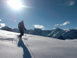 Schneeschuhwandern im Tiefschnee und eine märchenhafte Aussicht – so kann der Tag beginnen. – Foto: Skischule Hochzeiger