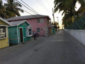 Der Blick auf die Straße - bunte Häuschen wie in der Karibik.