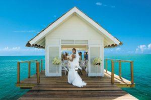 Der schönste Tag im Leben vor angemessener Kulisse – angehende Brautpaare können sich zum Beispiel im Sandals South Coast auf Jamaika das Jawort geben. - Foto: Sandals Resorts International