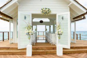 In neuerdings vier schwimmenden Kapellen von Sandals Resorts sind das Brautpaar und seine Gäste umgeben vom karibischen Meer. - Foto: Sandals Resorts International