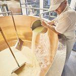 Lab ist ein Gemisch aus den Enzymen Chymosin und Pepsin und für die Zubereitung von Käse unentbehrlich. - Foto: Bayern.by – Gert Krautbauer