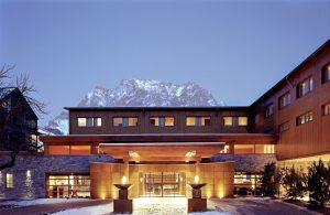 Viel Holz prägt die Front des Hotels. – Foto: Hotel Mohr Life Resort Lermoos