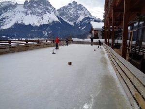 Die grüßzügige Hotelterrasse dient im Winter als Eislaufbahn oder zum Eisstockschießen, im Sommer zur mittäglichen Jause oder nachmittäglichem Kaffeegenuss. – Foto: Dieter Warnick