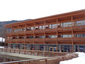 Holz von der Zirbe bestimmt das Erscheinungsbild des Hotels. – Foto: Dieter Warnick