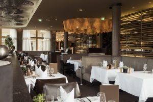 Schick und schnittig präsentiert sich das Restaurant. – Foto: Hotel Mohr Life Resort Lermoos