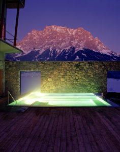 Der Außenpool im nächtlichen Glanz. – Foto: Hotel Mohr Life Resort Lermoos