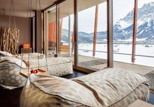 Die Ruhelounge bietet im Winter einen Blick ins verschneite Tal. – Foto: Hotel Mohr Life Resort Lermoos
