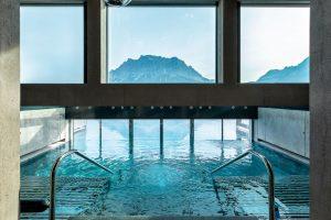 Im Outdoor-Infinitypool schwimmt der Gast der Zugspitze ein Stück entgegen. – Foto: Hotel Mohr Life Resort Lermoos