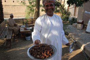 Freundliche Omanis gibt es überall - hier werden frische Datteln angeboten. – Foto: Michael Stephan