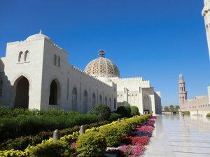 Die Sultan-Qabus-Moschee in Muscat bietet 20 000 Gläubigen Platz; sie ist eine der wichtigsten Bauwerke des Landes und eine der weltweit größten Moscheen. – Foto: Dieter Warnick