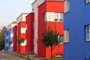 """Die beeindruckende und farbenfrohe Siedlung """"Italienischer Garten"""" ist auch Teil jeder Bauhaus-Architektur Führung in Celle. – Foto: CTM GmbH / Klaus Lohmann"""