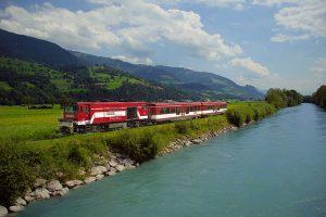 Mit der Pinzgauer Regionalbahn können die Gäste die Region bequem und kostengünstig erkunden. – Foto: Salzburg AG