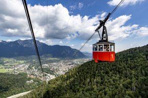 Mit der 1928 fertig gestellten Seilschwebebahn geht es hinauf auf den 1614 Meter hohen Predigtstuhl. Die Sicht auf Bad Reichenhall ist fantastisch. – Foto: Berchtesgadener Land Tourismus / Tom Lamm