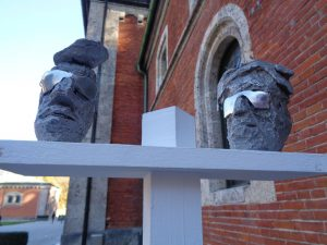 """Diese beiden Gesichter aus Aluminium (Titel: """"2 men abroad"""") sind typisch für die Arbeiten von Tobias Gruber und seinen Bruder Manuel. – Foto: Dieter Warnick"""