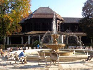 Ein Ort der Entspannung ist der Brunnen vor dem Gradierhaus. – Foto: Dieter Warnick