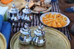 """Der """"Thé à la menthe"""", starker, grüner Tee mit frischer Pfefferminze und viel Zucker, ist typisch für Marokko. Dazu wird Obst serviert – und Süßgebäck-Variationen. Foto: ©weltweitwandern.com"""
