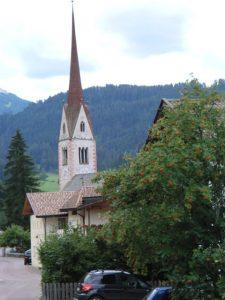 Markantes Wahrzeichen von Eggen ist die Pfarrkirche zum hl. Nikolaus. - Foto.: Dieter Warnick