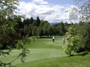 Golfer finden auf der 18-Loch-Anlage in Petersberg einen nicht ganz leicht zu spielenden Platz. - Foto: Tourismusverein Deutschnofen