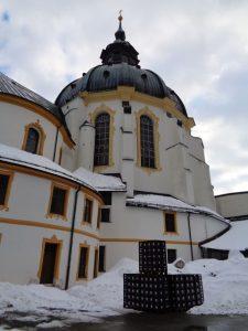 Biertragerl vor der Klosterkirche – in Ettal irgendwie passend. - Foto: Dieter Warnick