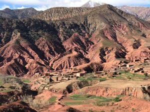 Verschachtelte braune Lehmhäuser prägen das Landschaftsbild des Aït Bougoumez-Tals im Hohen Atlas: ©weltweitwandern.com